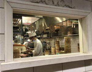南翔饅頭店で小籠包を包む料理人